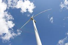 Windenergieinstallatie tegen de hemel stock afbeeldingen