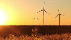 Windenergieturbinen auf Sonnenunterganghimmelhintergrund, Energiegeneratornatur freundlich stock footage