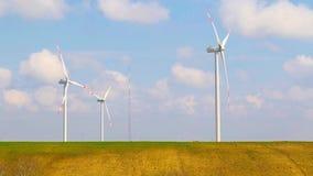 Windenergieturbinen sind eine der saubersten, auswechselbaren Quelle der elektrischen Energie stock video footage