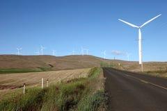 Windenergieturbinen und -ackerland. Stockfotos
