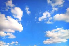 Winderig en de blauwe hemel stock fotografie