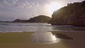 Winderig strand met golven stock footage