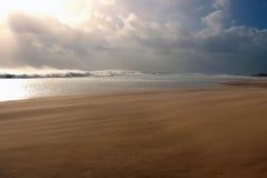 Winderig strand na het onweer Stock Foto