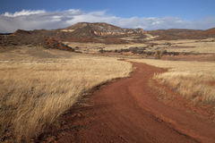 Winderige boerderijweg in bergvallei Royalty-vrije Stock Foto