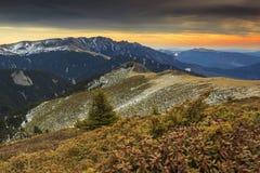 Winderige dag in de bergen en de kleurrijke hemel Royalty-vrije Stock Fotografie