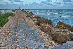 Winderige dag op de zeedijk stock afbeeldingen