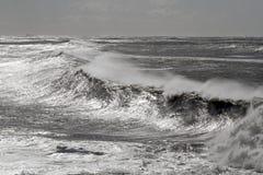 Winderige golven in een glinsterende overzees Royalty-vrije Stock Foto's