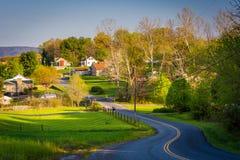 Winderige landweg en mening van landbouwbedrijven en huizen in Shenandoa stock fotografie