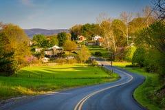 Winderige landweg en mening van landbouwbedrijven en huizen in Shenandoa stock foto's