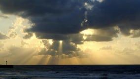 Winderige schemerhemel boven Middellandse Zee. stock videobeelden