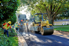 WINDERMERE FLORIDA, USA - MAJ 18, 2017: Usi för asfaltstenläggningbesättning royaltyfri fotografi