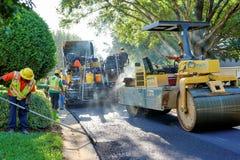 WINDERMERE FLORIDA, USA - MAJ 18, 2017: Usi för asfaltstenläggningbesättning arkivbild