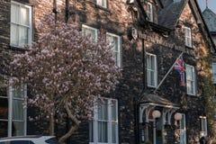 WINDERMERE, R-U - 25 MARS 2019 : Le vieil avant d'hôtel et de station thermale de l'Angleterre - Windermere images stock