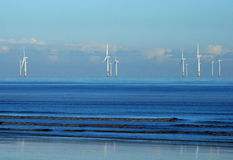 Windfarm costero costero en un mar azul tranquilo Imagen de archivo libre de regalías