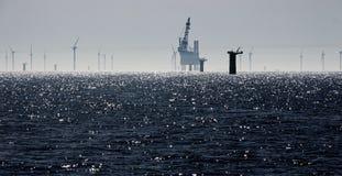 Windfarm konstruktion på ett mousserande hav arkivfoton