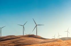 Windfarm med turbiner för en vind med en blå himmel på en bakgrund i USA Kalifornien Arkivfoto
