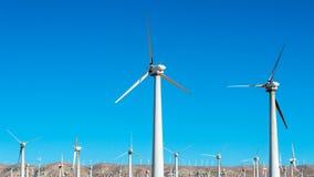 Windfarm med turbiner för en vind med en blå himmel på en bakgrund i USA Kalifornien Arkivbilder