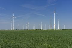 Windfarm met blauwe hemel groene energie royalty-vrije stock afbeelding