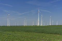 Windfarm met groene gebieds groene energie royalty-vrije stock afbeeldingen