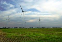 Windfarm op groen gebied Stock Foto's