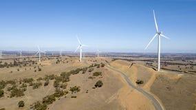 Windfarm op heuvel 01 stock afbeelding