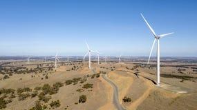 Windfarm op heuvel 02 stock afbeelding