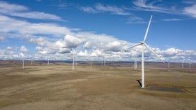 Windfarm over onvruchtbaar landschap 01 royalty-vrije stock afbeelding