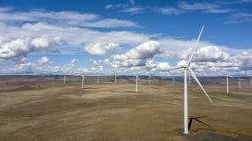 Windfarm over onvruchtbaar landschap 01 stock afbeeldingen