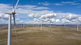 Windfarm over onvruchtbaar landschap 03 stock afbeeldingen