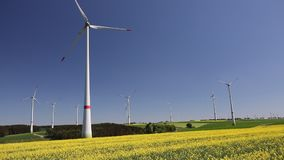 Windfarm_rapeseed video d archivio