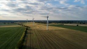 Windfarm terrestre durante la puesta del sol foto de archivo libre de regalías