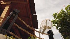 Windgenerator auf dem Dach des Hauses Straßenfan stock footage