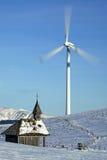 Windgenerator avec une chapelle Images libres de droits