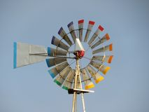 Windgenerator klaar om energie door de lucht te veroorzaken royalty-vrije stock afbeelding