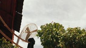 Windgenerator op het dak van het huis straatventilator stock video