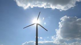 Windgenerator z słońce promieniami zbiory wideo