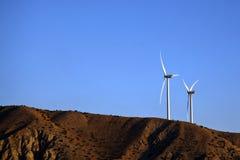 Windgeneratoren auf dem Hügel Stockbild