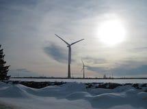 Windgeneratoren des elektrischen Stroms im Winterabend agai Lizenzfreie Stockfotos