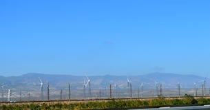 Windgeneratoren entlang der Straße Windmühlen am Sonnenaufgang Abbildung 3D, getrennt Die Strahlen der Sonne bei Sonnenuntergang  Stockbild
