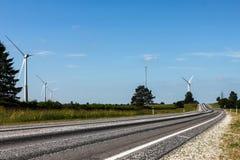 Windgeneratoren nähern sich Straße Stockfoto