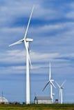 Windgeneratoren und Bauernhofhalle Stockbilder