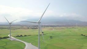 Windgenerators op groen gebieds luchtlandschap De post van de de windenergie van de hommelmening Alternatieve natuurlijke bron en stock videobeelden