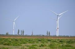 Windgenerators op het de zomergebied royalty-vrije stock afbeelding