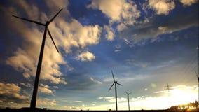 Windgeneratorturbinen im Himmel stock video footage