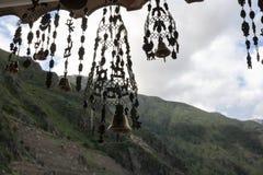 Windglockenspiele, die in einem Geschäft in den Anden hängen Ollantaytambo, Peru lizenzfreie stockbilder