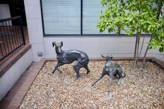 Windhunde Frolicing-Statuen stockfoto