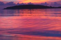 Windiger Sonnenaufgang auf tropischem Strand Stockbilder