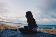 Windiger Sonnenuntergang der Mädchenmeereswogen lizenzfreie stockfotos