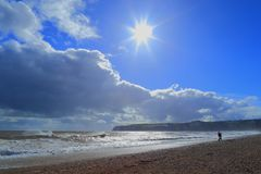 Windiger Tag auf einem Pebble Beach Stockfoto