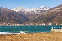 Windiger Wintertag in Montenegro Ansicht der Bucht von Kotor, adriatisches Meer Lizenzfreie Stockfotografie